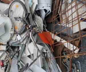 Mischschrott wie altes Fahrrad Zaun Bewehrung Stahlreste