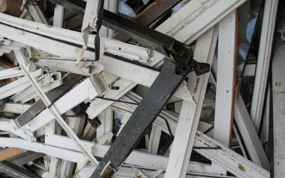 Alte Rollladen und Fenster zur Entsorgung